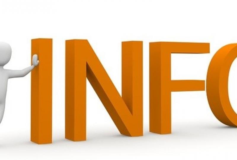 Teksten INFO i orange og en mann som støtter seg på I'en